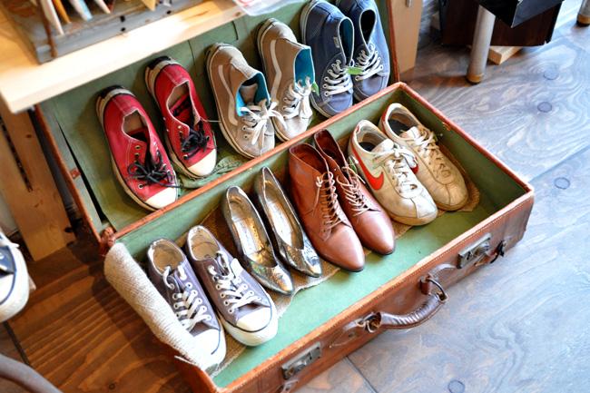 古い革の鞄に靴。